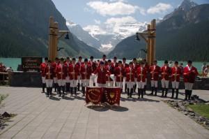 Berittener Fanfarenzug mit Trompete in roter Uniform
